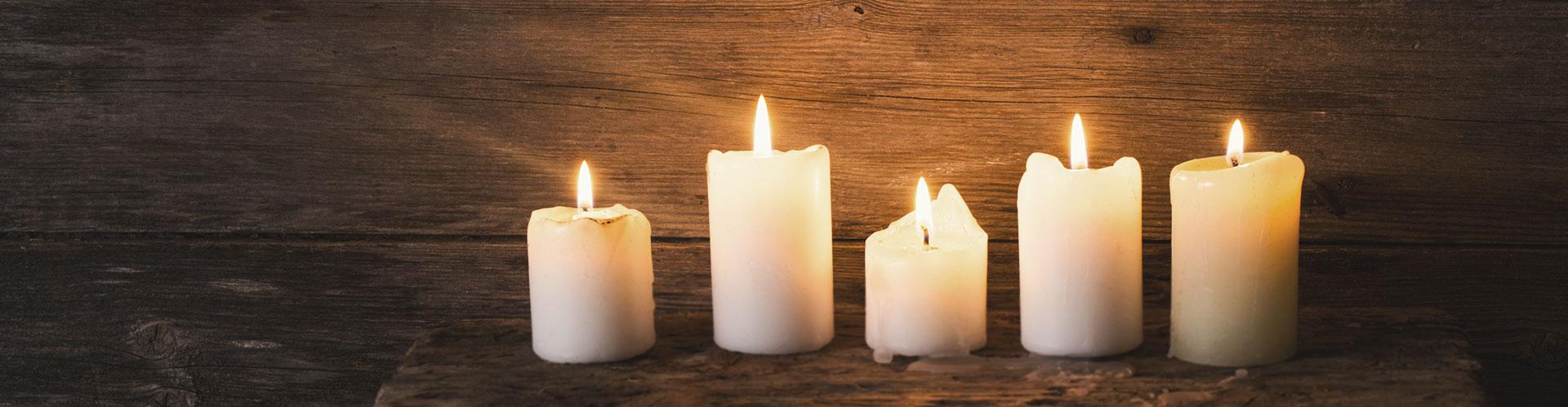 Brennende Kerzen vor einem dunklen Hintergrund