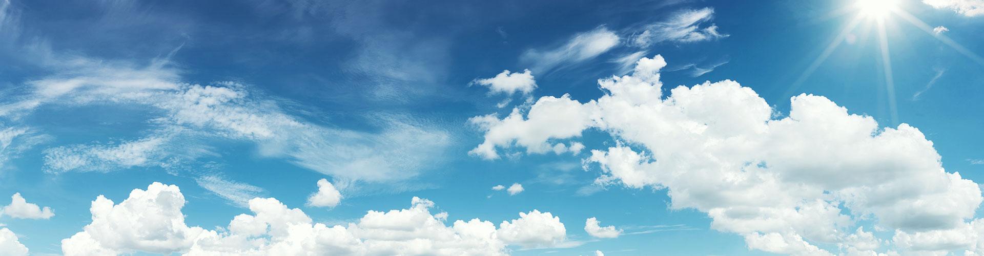 Ein strahlend blauer Himmel mit wenigen Wolken