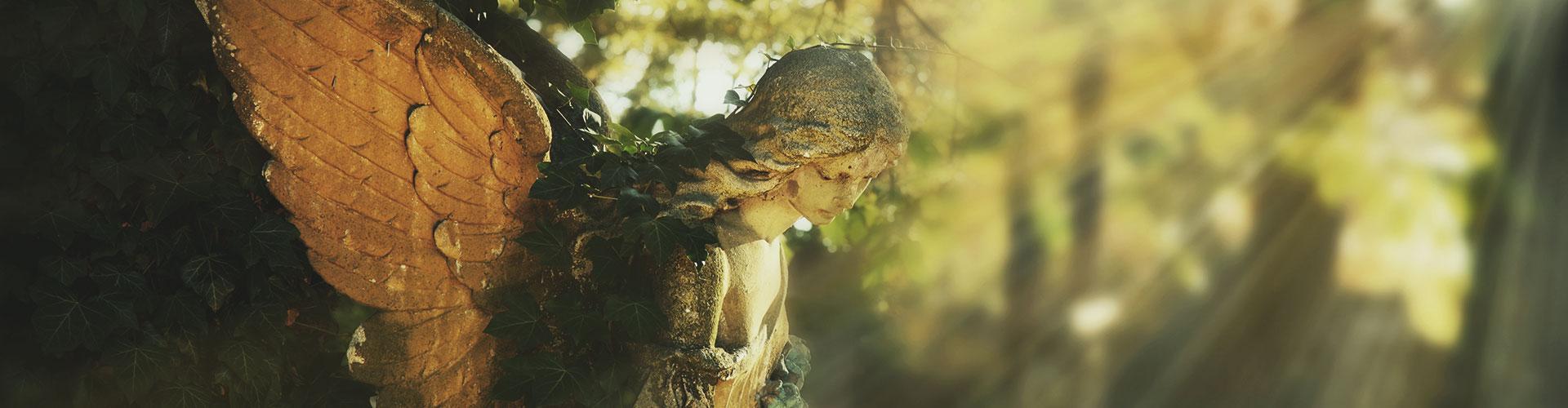 Nahaufnahme einer Engelsstatue im Herbstlicht