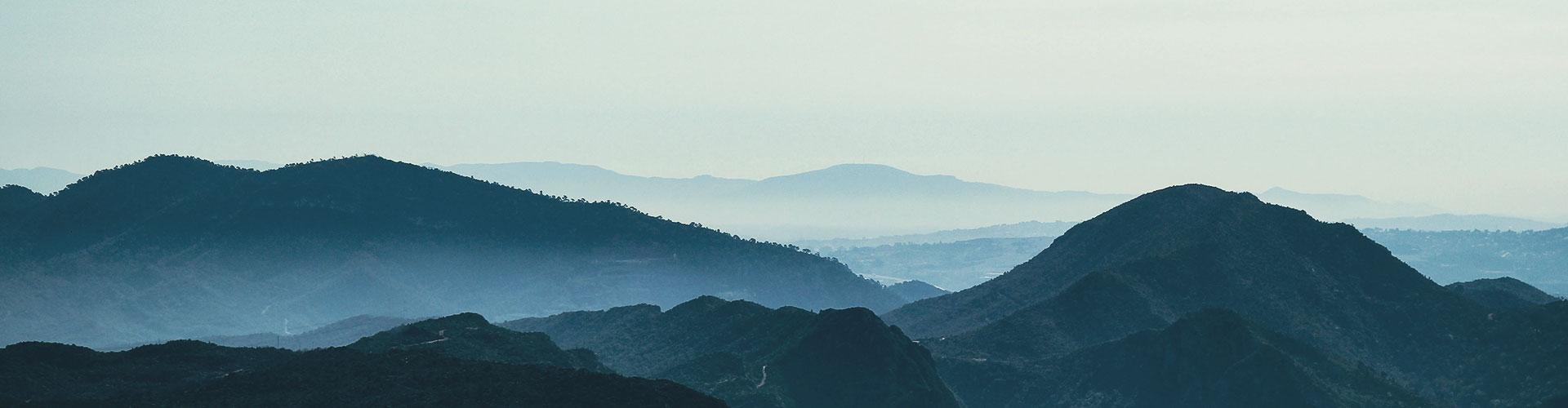 Silhouette eines Bergmassives in bläulichem Licht