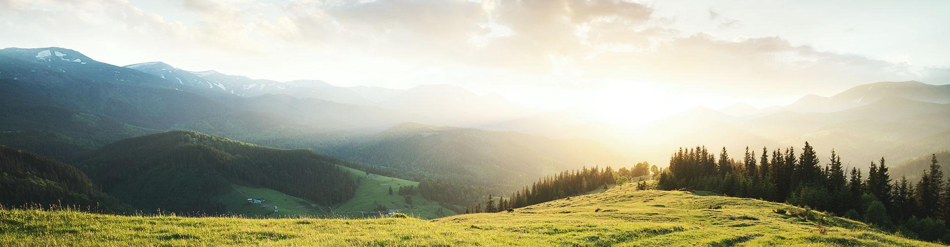 Gegenlichtaufnahme einer bergigen Landschaft