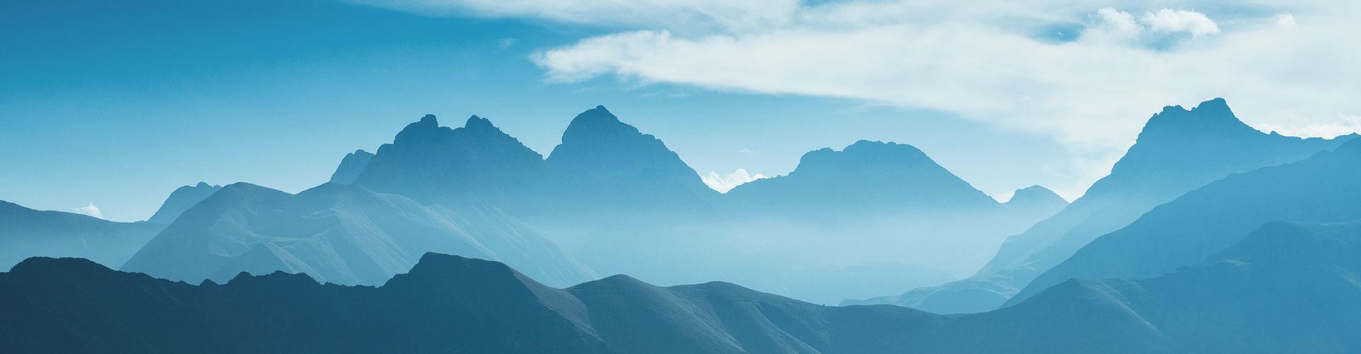 Ein Bergmassiv, aufgenommen während der blauen Stunde