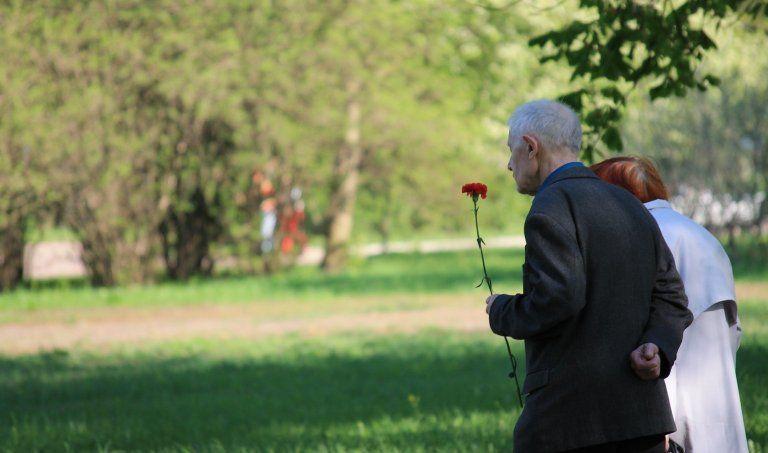 Zwei Personen auf einer Beerdigung