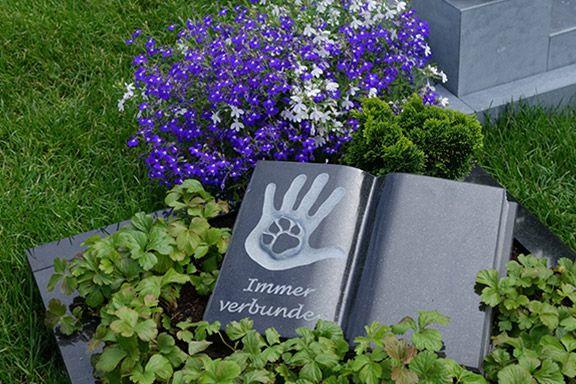 Ein Gedenkstein auf dem Mensch-Tier-Friedhof Unser Hafen