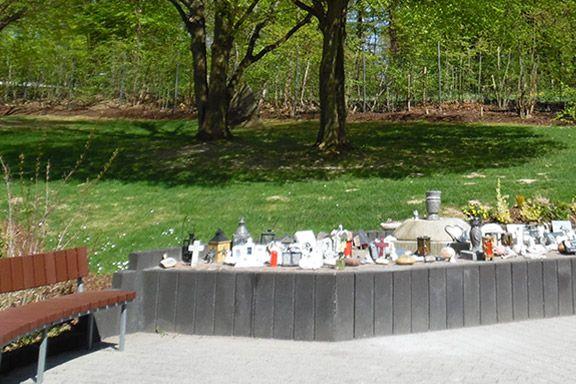 Ein Gedenkrondell mit Andenken, Figuren und Kerzen
