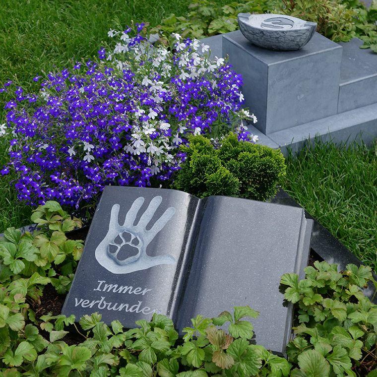"""Ein Grab auf dem Friedhof """"Unser Hafen"""""""