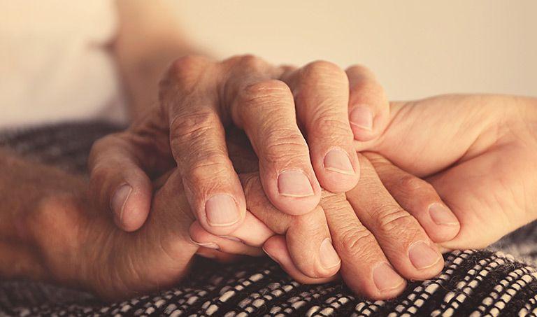 Eine jüngere Hand hält zwei ältere Hände.