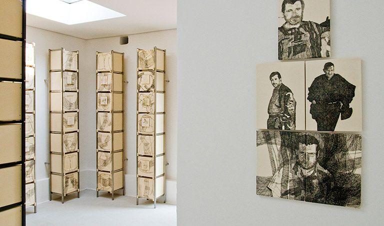 Ein Kolumbarium mit künstlerisch gestalteten Keramikplatten.
