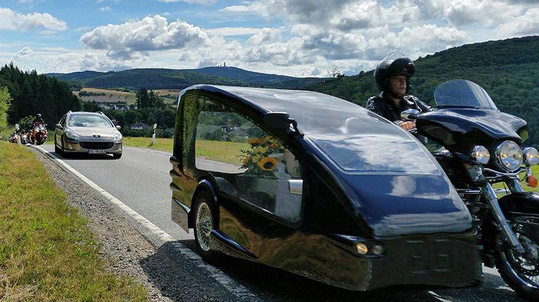 Nur ein gemäß DIN 75801 als Bestattungskraftwagen zugelassener Beiwagen ist für eine Biker-Bestattung geeignet.