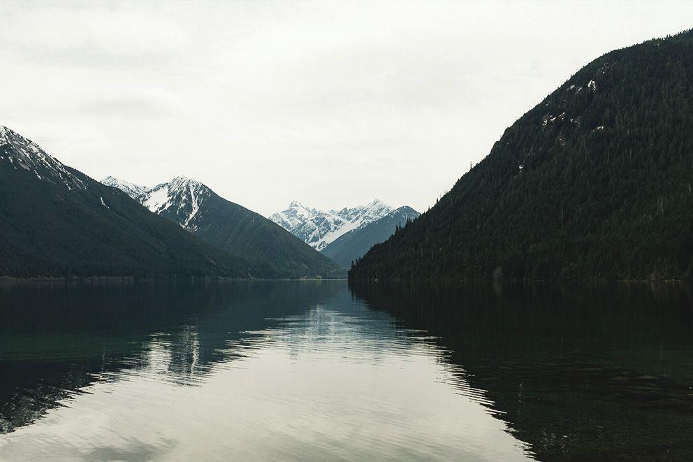 Impression von einem Bergsee bei düsterer Lichtstimmung