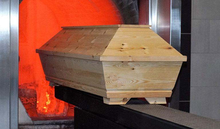 Ein Sarg wird in einem modernen Krematorium der Einäscherungsanlage übergeben.