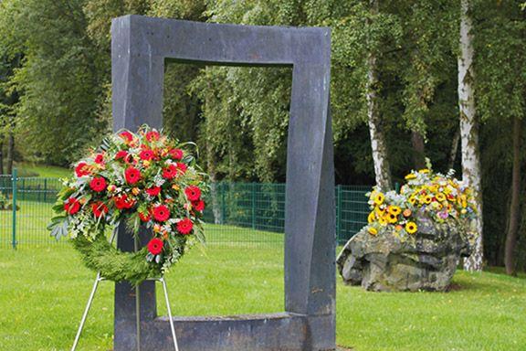 Ein Blumenkranz an einem Tor