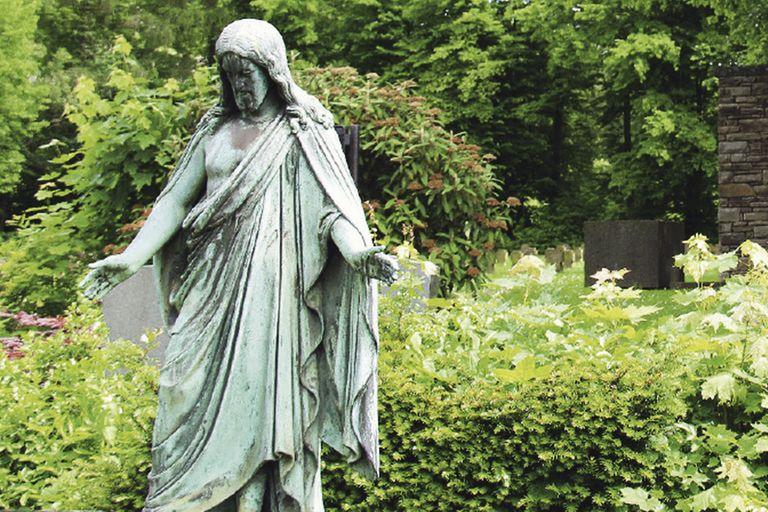 Eine Statue auf einem Friedhof