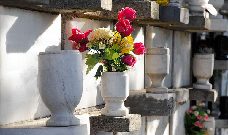 Steinerne Urnen auf einem Friedhof
