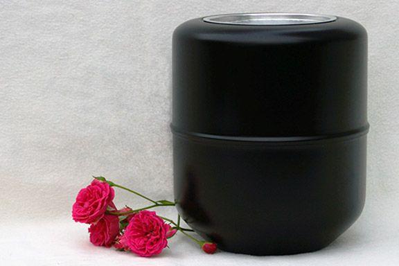 Foto einer Aschekapsel mit einer roten Blume